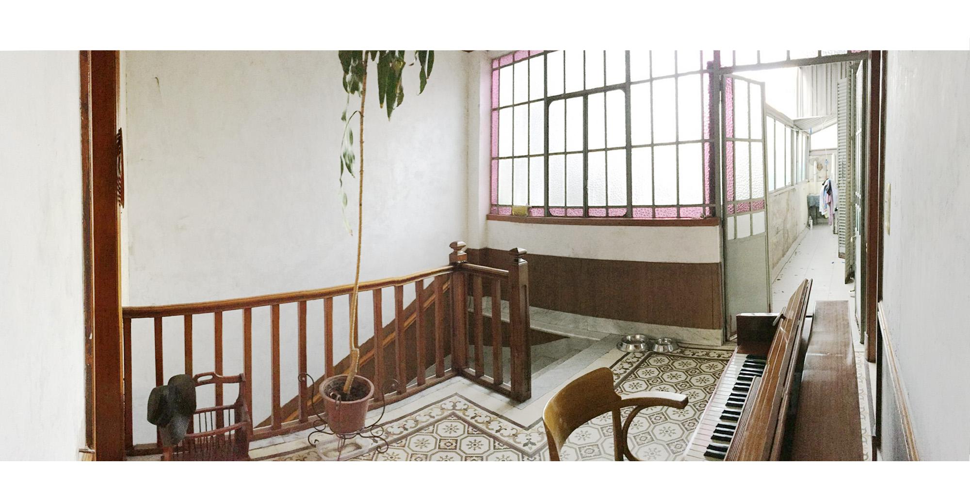 Hall con ventanal y pasillo